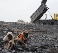 Frauen sammeln Kohle