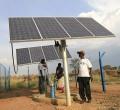 Fluechtlingcamp , große Solaranlage für die Betreibung des Trinkwasserbrunnens.