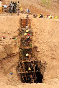 Neben der Hilfe in Dadaab unterstützt die Diakonie Katastrophenhilfe auch die Bevölkerung, überwiegend Nomaden, in den extrem von der Dürre betroffenen Regionen Marsabit und Moyale im Osten Kenias. Menschen und Tiere finden kein Wasser mehr. Immer häufiger kommt es zu gewaltsamen Konflikten um die wenigen verbliebenen Weideplätze und Wasserstellen. In der Region um Marsabit warten tausende Menschen bis zu 12 Stunden täglich an den Brunnen, um ihre Kanister mit etwas Trinkwasser für sich und ihr Vieh zu füllen. Wegen der Reihenfolge und der Füllmengen gibt es immer wieder kleinere Auseinandersetzungen mit der Brunnenaufsicht. Frauen steigen bis zu 12 Meter tief in die Brunneschächte um einen Kanister zu füllen, zum Teil sind es lebensgefährliche Aktionen. Männer bilden lange Ketten bis zum Grund der Brunnen, schöpfen und reichen das Wasser in die Trinkbecken hoch. Foto zeigt: Mit Wassereimern fördern Männer Trinkwasser aus einem tiefen Brunnen hinauf in ein Trinkbecken.