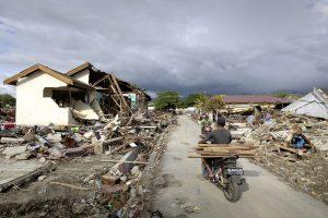 Am 28. September 2018 traf ein durch ein schweres Erdbeben hervogerufener Tsunami die gesamte Kuestenlaenge der Provinzhauptstadt Palu. Eine kleine Siedlung am Rande der Stadt Palu lag gleich neben der Kuestenstrasse. Die Tsunami Welle traf die Siedlung mit voller Wucht.